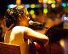 В отеле Курумба выступает девушка с волшебным голосом