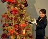 Японский универмаг представляет рождественскую елку из золота