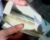 Таксист нашел конверт с 300000 долларов и вернул хозяину
